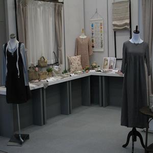 「エコでナチュラルな生活をとりいれようとする現在の生活、ファッションスタイル…」オリジナルのリネン作品の展示