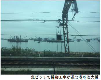 写真:急ピッチで橋脚工事が進む港珠澳大橋