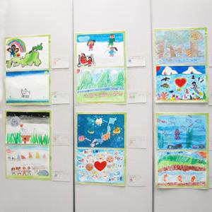 子供たちが描いた複数の絵の写真