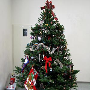 展示入口に飾ったクリスマスツリー縮小写真