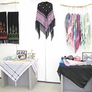 パレスチナ製品のスカーフなどの写真