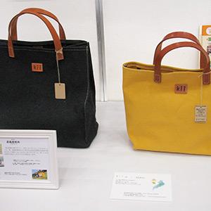 高島産帆布で作られた黒と黄色の鞄の写真