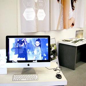 パソコンモニターに映る動画展示の写真