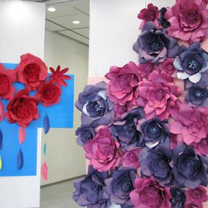 ペーパーアートで作られた花の装飾の写真