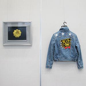 虎の刺繍があるジャケットと額縁に入った刺繍で作られた家紋の写真