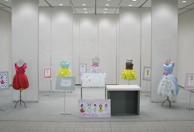 「花をまとうドレスコレクション」展の展示会全体写真1